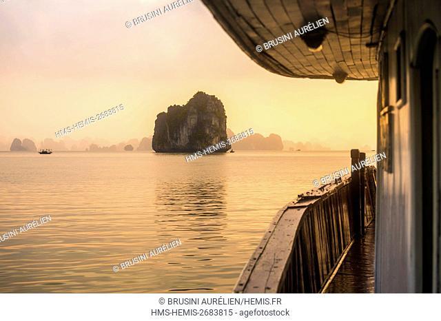 Vietnam, Gulf of Tonkin, Quang Ninh province, Ha Long Bay (Vinh Ha Long) listed as World Heritage by UNESCO (1994), sunrise aboard a sampan of the Ha Long Bien...