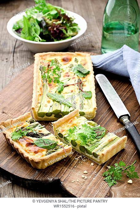 Quiche with green asparagus