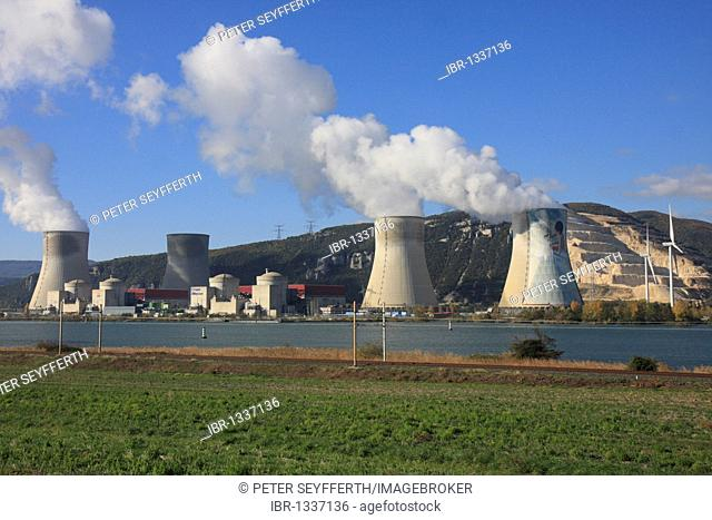 Nuclear power plant, Centrale nucléaire de Cruas-Meysse on the Rhone between Valence and Montelimar, Ardèche, Rhône-Alpes, Southern France, France, Europe