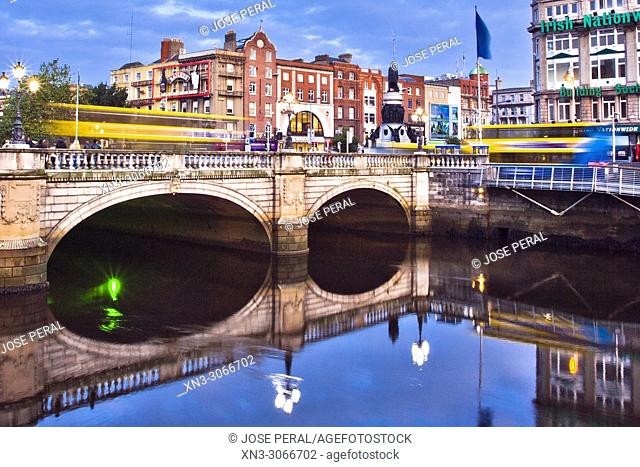 O'Connell Bridge, on background O'Connell Monument, River Liffe, Dublin city, province of Leinster, Ireland, Europe