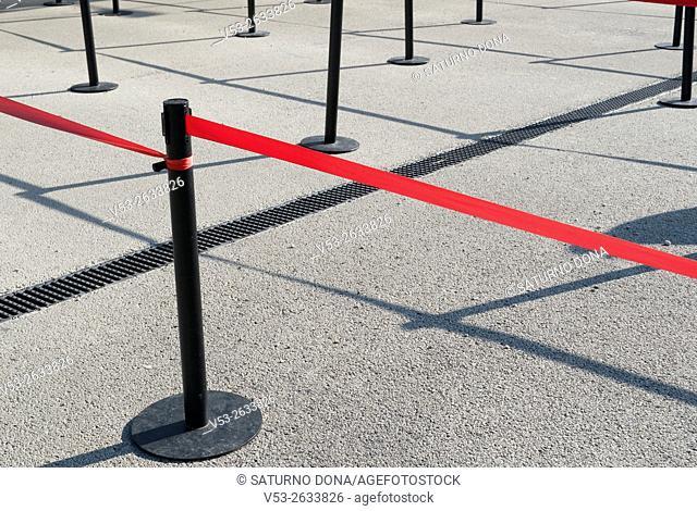 Queuing lines poles