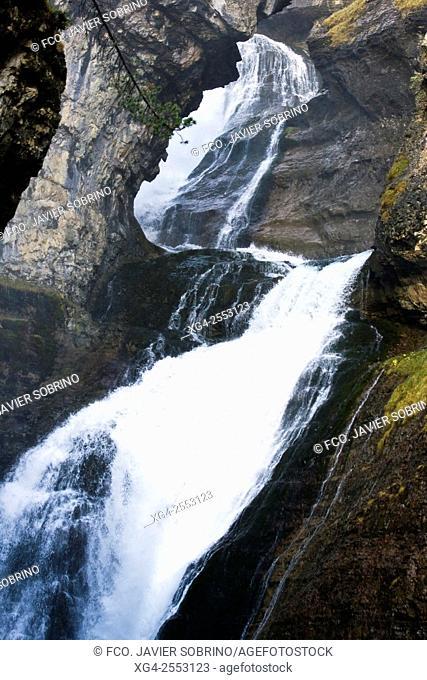 Cascada del Estrecho - Río Arazas - Parque Nacional de Ordesa y Monte Perdido - Valle de Ordesa - Torla - Sobrarbe - Huesca - Pirineo Aragones - Aragon - España...