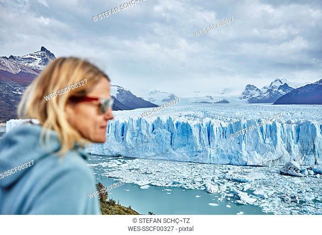 Argentina, Patagonia, Perito Moreno glacier, woman looking at glacier