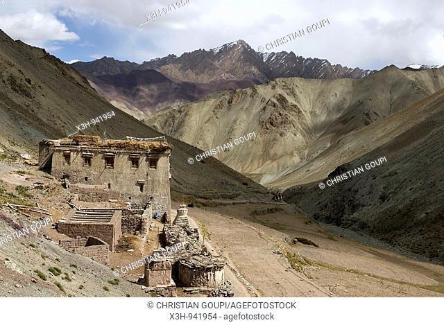 maison isolee dominant la vallee de la Yurutse,ladakh,jammu et kashmir,inde,asie