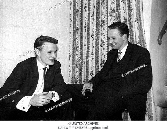 Entspannt sitzen zwei jungen Herren beim Bier und einer netten Unterhaltung
