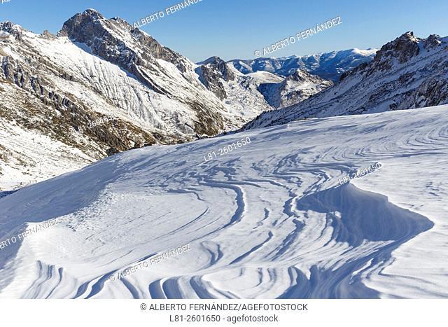Nieve y hielo en las cercanías del refugio del Meicín, con el Siegalavá al fondo. Macizo de Ubiña. Lena. Asturias. España