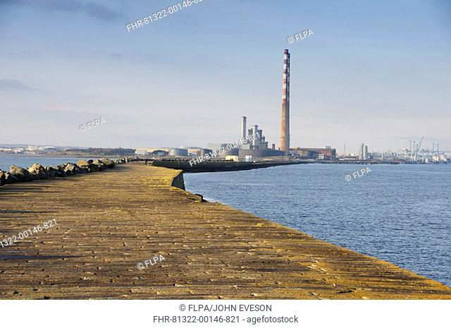 View of sea wall protecting harbour entrance, sea wall preventing sand encroachment from South Bull sandbank at Sandymount, Great South Wall, Dublin Port
