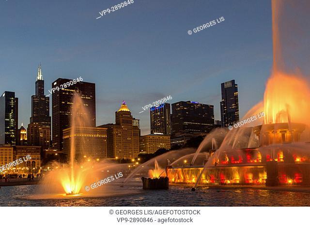light show at Buckingham Fountain in Grant Park Chicago skyline