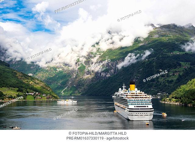 Cruise ship at Geiranger, Geirangerfjord, Møre og Romsdal, Norway / Ein Kreuzfahrtschiff in Geiranger, Geirangerfjord, Møre og Romsdal, Norwegen