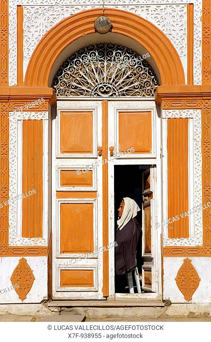 Tunez: Kairouan  Medina  Door of a house