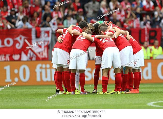 Team of FSV Mainz 05 in a huddle before a match, FSV Mainz 05 vs Hannover 96, Coface-Arena, Mainz, Rhineland-Palatinate, Germany
