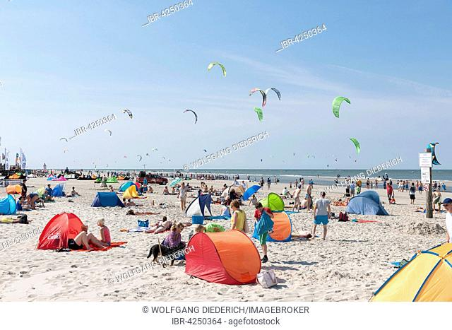 Bathers on the beach, kite surfers in the water, Sankt Peter-Ording, North Frisia, Schleswig-Holstein, Germany