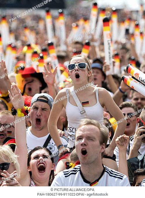 27 June 2018, Germany, Berlin: Crowds gather to watch Germany's World Cup game against South Korea and cheer for Germany