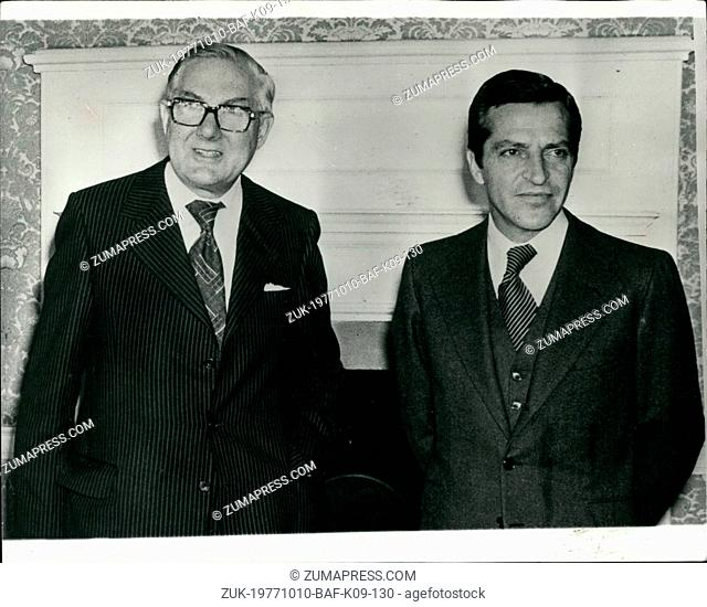Oct. 10, 1977 - Spanish Prime Minister meets Mr. Callaghan at No. 10. Photo shows the Spanish Prime Minister Adolfo Suarez seen with the British Prime Minister...