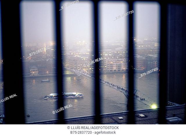Vista de la City con el rio Tamesis, Millennium Bridge, al atardecer visto a traves de unas rejas. City of London, Square Mile, West End, UK, Europa