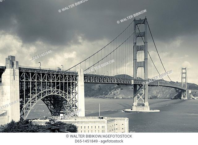 USA, California, San Francisco, Presidio, Golden Gate National Recreation Area, elevated view of Golden Gate Bridge from Fort Point, dawn