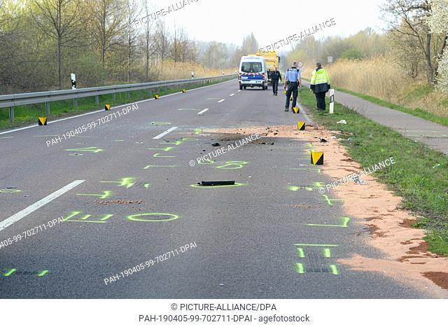 05 April 2019, Saxony-Anhalt, Halle (Saale): Following an accident, a lorry is standing on the road between Halle and Sennewitz