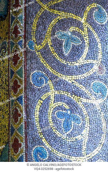 Church Santa Maria dell'Ammiraglio detta la Martorana, Details of a column, Italy, Sicily, Palermo
