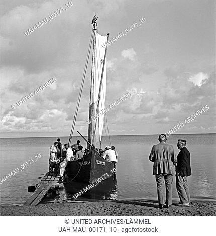 Ein Segelboot als Personenbeförderung nahe Pillkoppen an der Ostsee in Ostpreußen, Deutschland 1930er Jahre. A sailing boat as a means of public transport at...