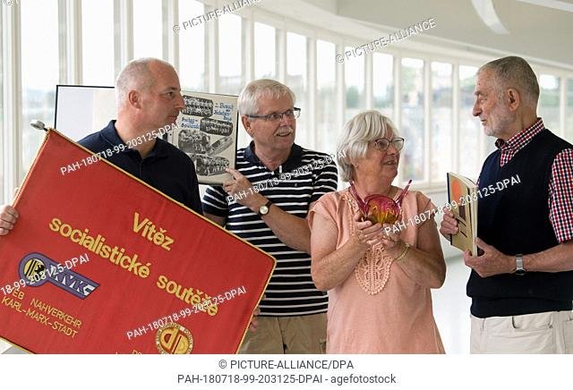 """18 July 2018, Chemnitz, Germany: Thomas Laube (L-R)from the """"""""Friends of the tramway Chemnitz"""""""" holds the traveling banner of the socialist competition of the..."""
