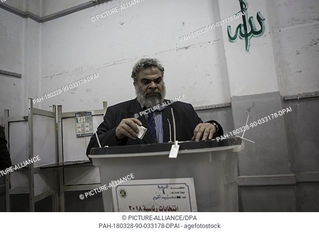 dpatop - An Egyptian man casts his ballots on the 3rd day of the 2018 Egyptian presidential elections, at a polling station in Monufia, Egypt, 28 March 2018