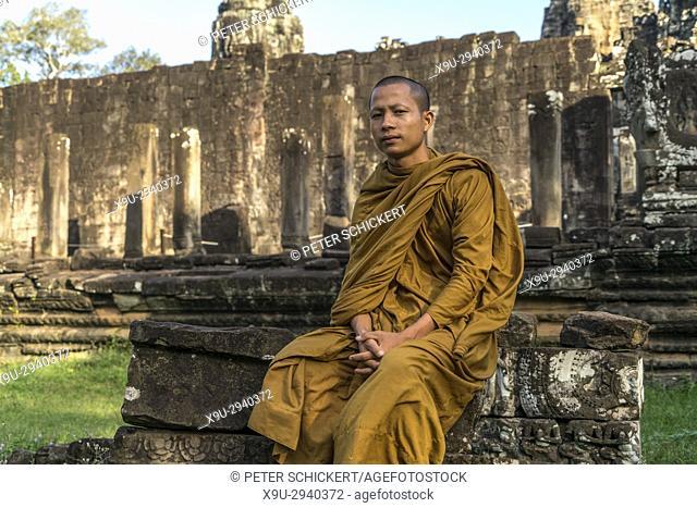 buddhistischer Mönch in der Tempelanlage Bayon, Angkor Thom, Kambodscha, Asien | buddhist monk at the temple Bayon, Angkor Thom, Cambodia, Asia