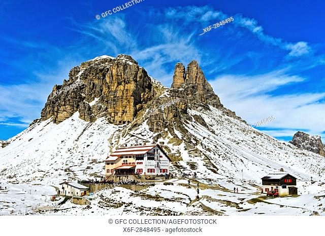 Dreizinnenhütte, Rifugio Locatelli hut, in front of the snow-covered peak Sextener Stein and Tower of Toblin, Torre di Toblin, Sesto Dolomites, South Tyrol