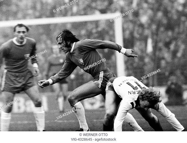 Fussball, Bundesliga, Saison 1972/1973, VfL Bochum gegen FC Bayern Muenchen 0:2, Stadion an der Castroper Strasse in Bochum, Spielszene, v.l.n.r