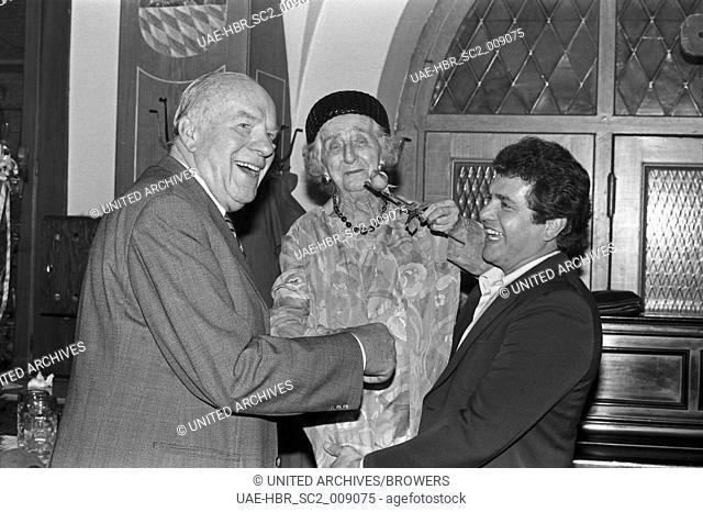 """Der bayerische Schauspieler Beppo Brem bei der Premierenfeier vom """"""""Komödienstadl"""""""", Deutschland 1980er Jahre. Bavarian folklore actor Beppo Brem at the party..."""