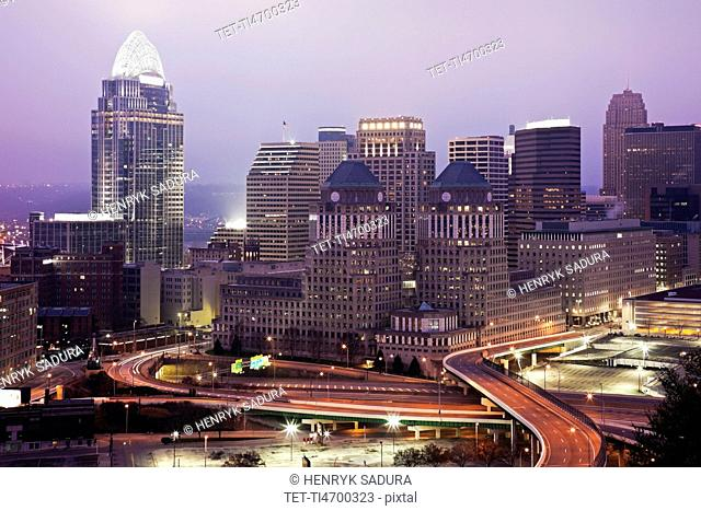 USA, Ohio, Cincinnati skyline at dawn