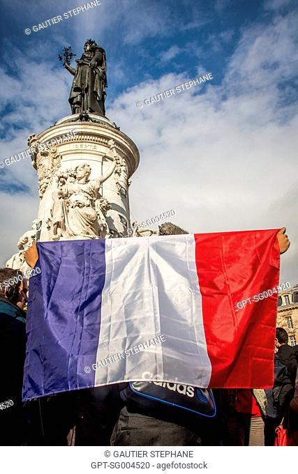 PARISIANS PAYING HOMAGE TO THE VICTIMS OF THE TERRORIST ATTACKS, PLACE DE LA REPUBLIQUE, NOVEMBER 16, 2015, PARIS (75), FRANCE
