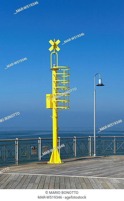 luci di sicurezza e avvistamento presso il pontile di marina di pietrasanta, versilia, italia
