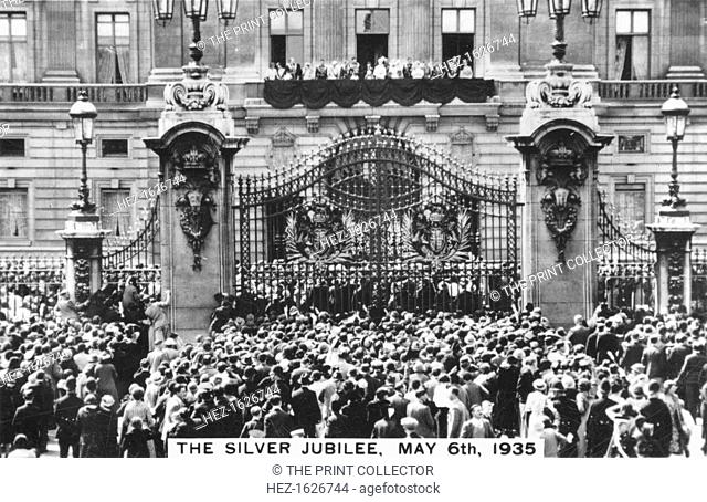King George V's Silver Jubilee, London, 6th May, 1935. Crowds gathered outside Buckingham Palace. The Royal Family are on the palace balcony