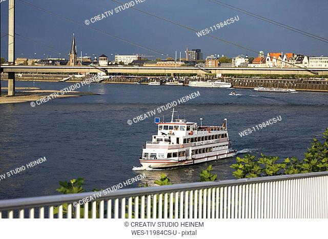 Germany, North Rhine Westphalia, D¸sseldorf, Tour boat on Rhine River, in background old town of D¸sseldorf