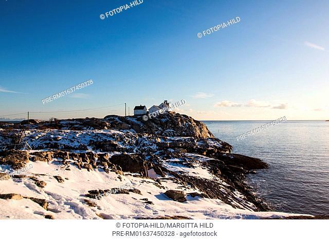 Houses on a cliff, Henningsvær, Austvågøya, Lofoten, Nordland, Norway, March 2017 / Häuser auf einer Klippe, Henningsvær, Austvågøya, Lofoten, Nordland