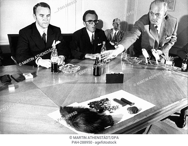 Police president Klaus Hübner (l) presents the wig, the false beard and the pistol with ammunition, which Mahler had with him when he was arrested
