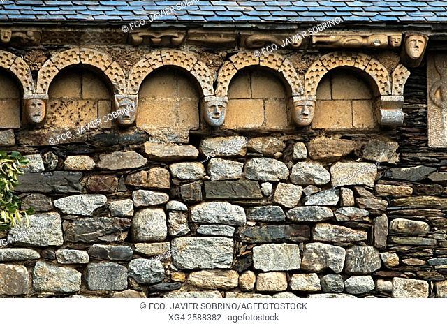Detalle de la fachada de la iglesia románica de Sant Joan. Isil. Alt Aneu. Pallars Sobirà. Lleida. Cataluña. España. Europa