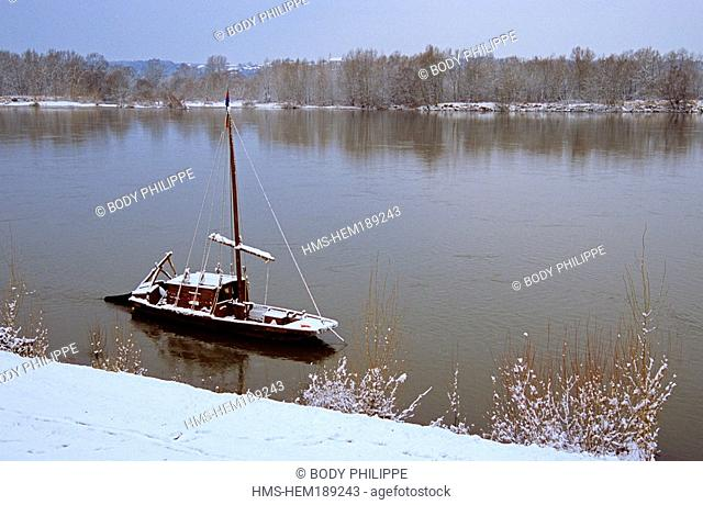 France, Indre et Loire, Loire Valley listed as World Heritage by UNESCO, toue cabanee traditional flat boat of Loire River in front of Levee de la Loire near...
