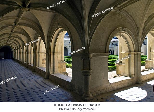 Medieval cloister, Abbaye de Fontevraud abbey, Aquitaine Romanesque, built from 1105 to 1160, Fontevraud-l?Abbaye, Loire Valley near Saumur, Maine-et-Loire