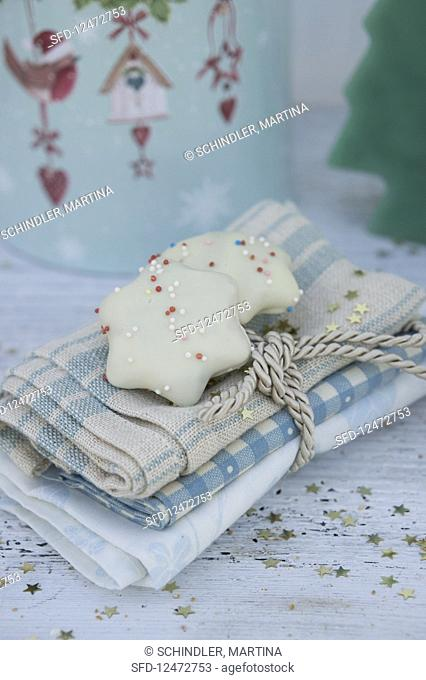 Napkins tied with gold cord and peppernut biscuits