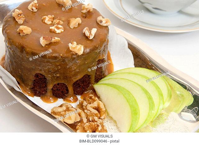 Small chocolate cake and sliced apples