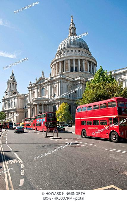 Buses outside St. Paul's Cathedral