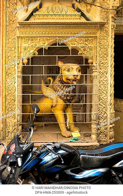 Lion statue traditional house, varanasi, uttar pradesh, india, asia