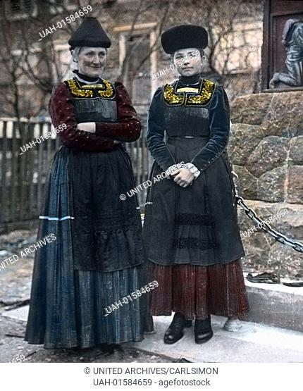 """Austria, province of Vorarlberg, Mother and daughter wear the traditional costume """""""" Wälder Tracht"""""""" for the winter time. Image date: circa 1910"""