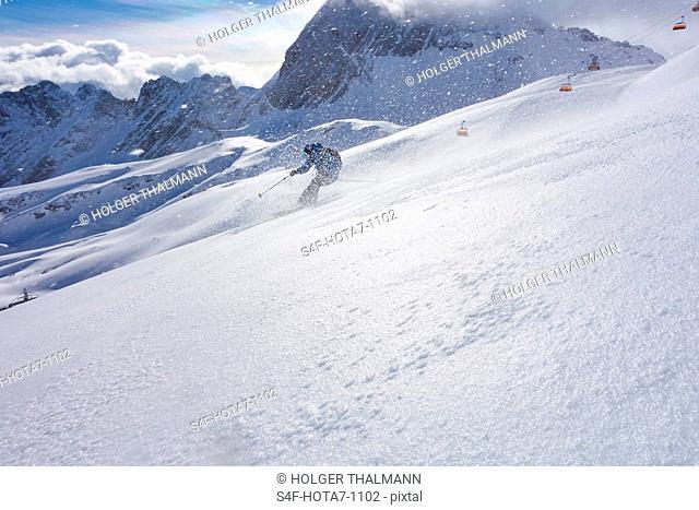 Deutschland, Bayern, Zugspitz Arena, Mann fährt Ski abseits der Piste