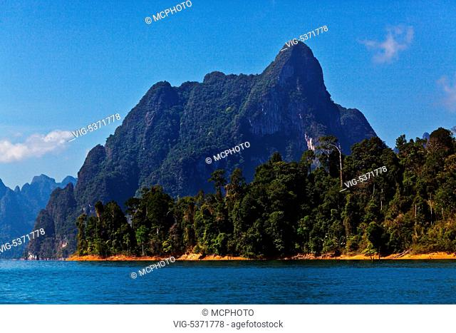 KARST FORMATIONS covered with tropical jungle surround CHEOW EN LAKE in KHAO SOK NATIONAL PARK - THAILAND - Thailand, 15/12/2015
