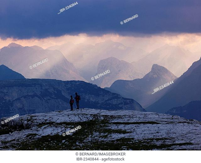 Hikers in the Dolomiti di Sesto National Park, Sexten Dolomites, Hochpustertal, High Puster Valley, South Tyrol, Italy, Europe