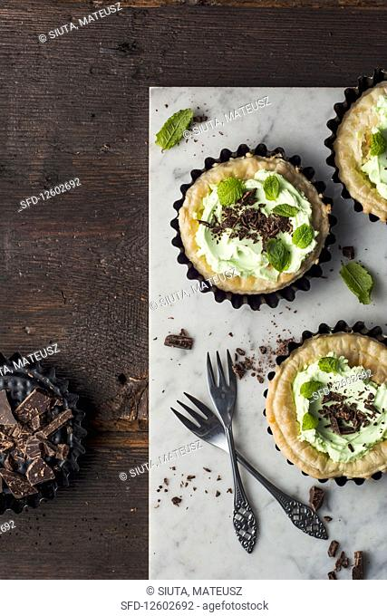 Puff pastry tartlets with mint cream and grated chocolate