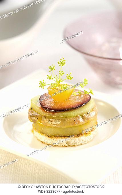 Canapé de milhojas de foie con patata, kiwi y ciruelas