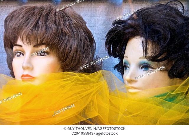 2 model women heads in shopwindow